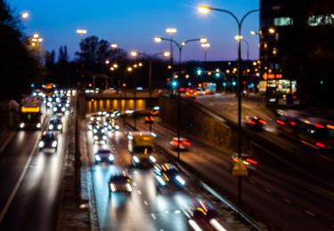 Rozmyte wieczorne zdjęcie ulicy miejskiej