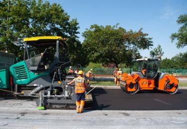 Powiększ obraz: Robotnicy podczas prac wylewania asfaltu
