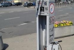 Samoobsługowa stacji serwisowania rowerów przy skrzyżowaniu ulic Powstańców Śląskich i Radiowej.