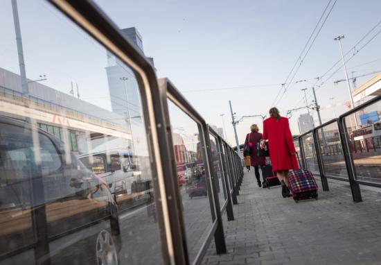 Jest wygodne dojście na przystanek przy Dworcu Centralnym w stronę Pragi