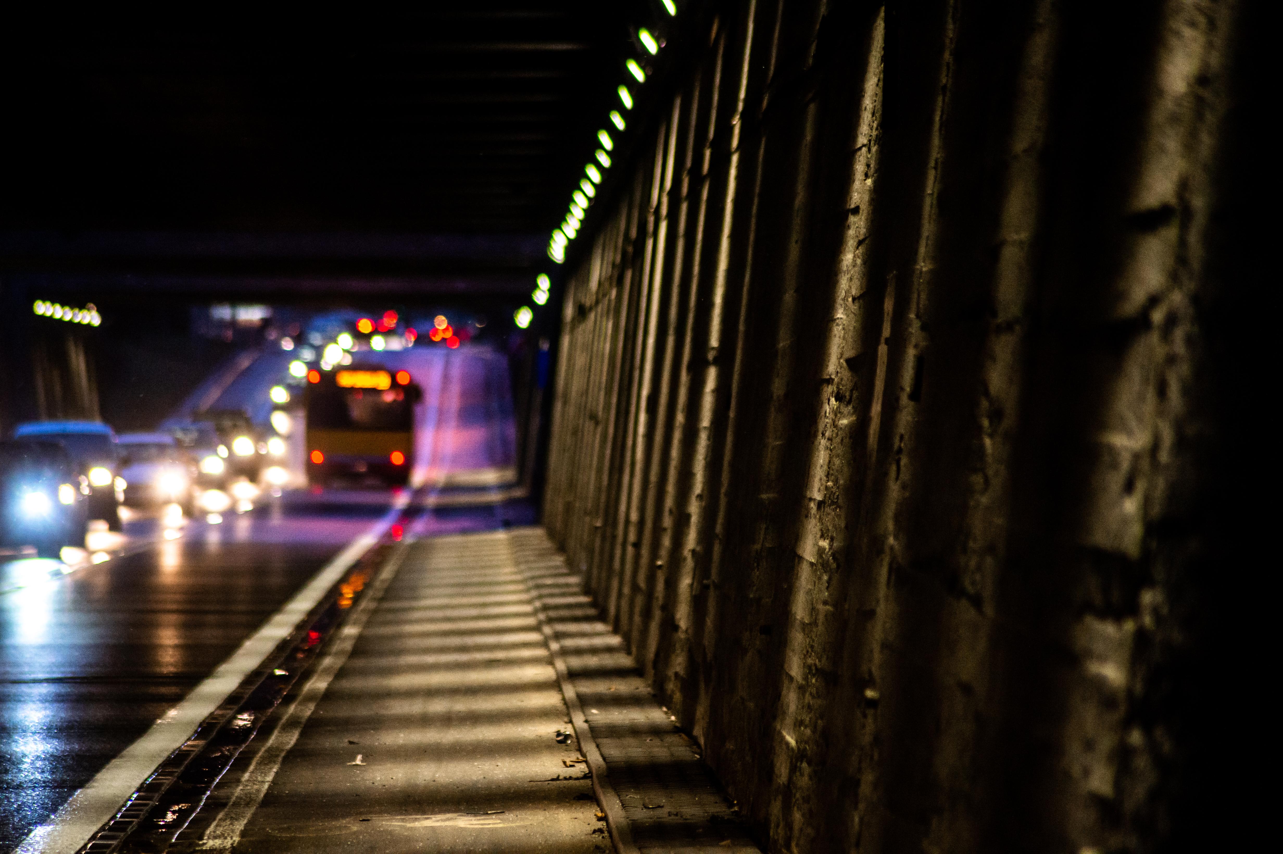 Nowe, energooszczędne oświetlenie w tunelu i wejściach na mosty