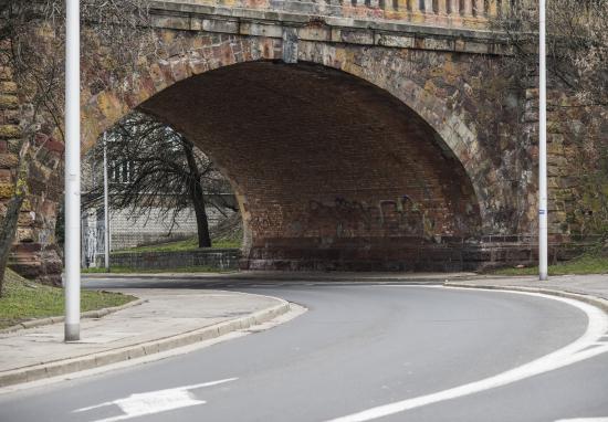 Ceglany zjazd z mostu Poniatowskiego do remontu