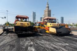 Maszyny drogowe podzas prac remontowych nawierzchni, w tle Pałac Nauki i Kultury