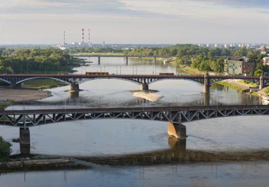 Powiększ obraz: Widok Wisły od strony północno-zachodniej. Na pierwszym planie mosty w tle Elektrociepłownia Siekierki