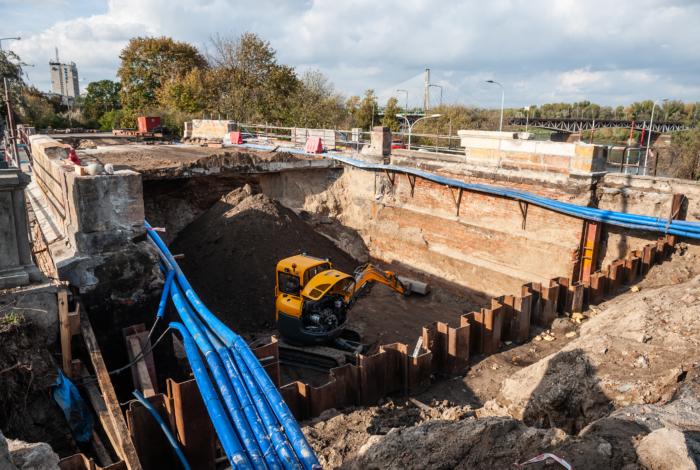 Trwa remont ceglanego zjazdu z mostu Poniatowskiego