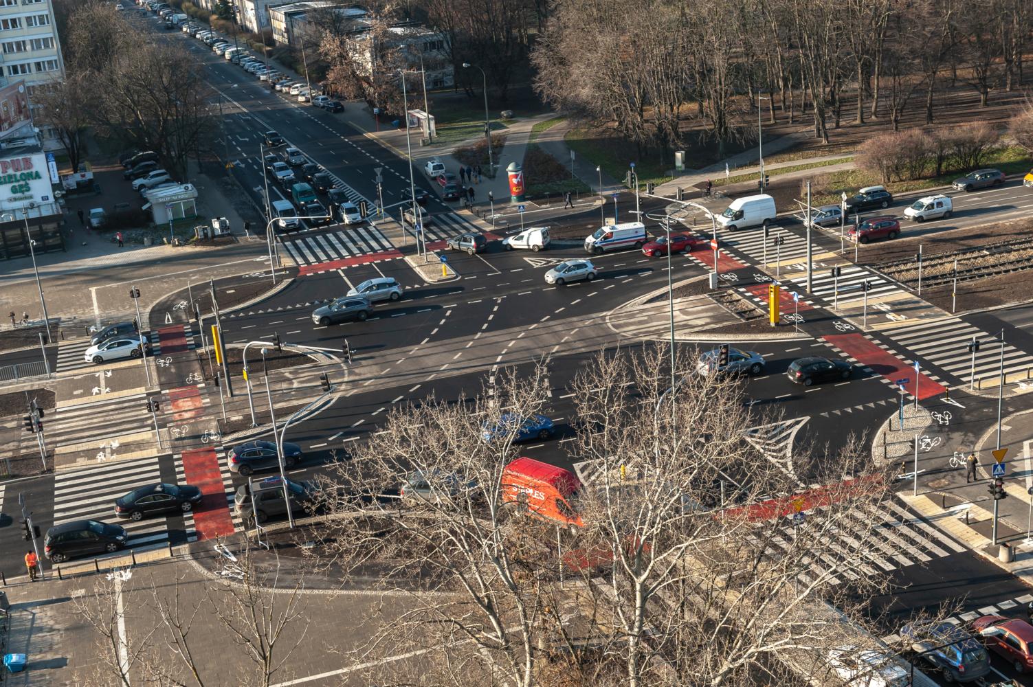 Przebudowane skrzyżowanie al. Niepodległości i ul. Stefana Batorego. Powstało tam nowe przejście dla pieszych i dojścia do przystanków komunikacji miejskiej