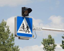 Nowy aktywny znak drogowy nad przejściem dla pieszych.
