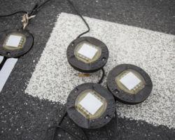 Światła ostrzegawcze dla kierowców leżace na ulicy.