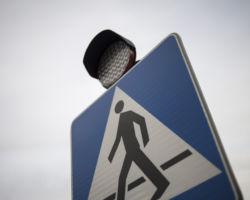 Znak drogowy informujący o przejściu dla pieszych.