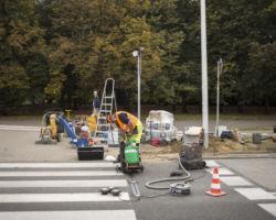 Robotnik instaluje na ul. Kondratowicza system wykrywający pieszych.