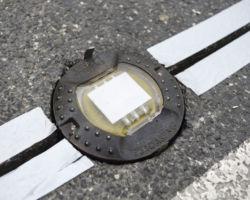 Światło ostrzegawcze dla kierowców umieszczone na nawierzchni ulicy.
