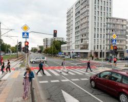 Skrzyżowanie ulic Grójeckiej i Instalatorów przebudowane w 2019 r. i wyposażone w sygnalizację świetlną.