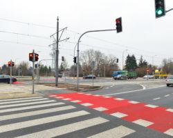 Skrzyżowanie ulic Grójeckiej, Racławickiek i Harfowej przebudowane w 2020 r. i wyposażone w sygnalizację świetlną.